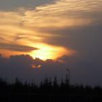 Zachodzące słońce za chmurami